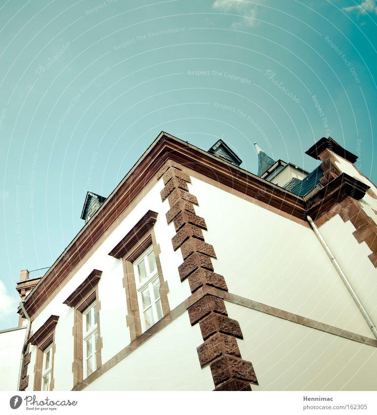 Das schiefe Haus. Himmel blau braun historisch Fenster Architektur Wand Gebäude Stuck Altstadt Weitwinkel hoch Fassade Dach steil oben Sommer Putz Villa