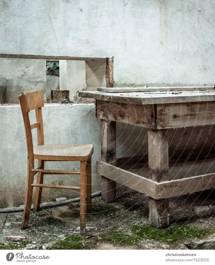 einsames Verlottern Möbel Stuhl Tisch Mauer Wand sitzen alt Armut authentisch dreckig dunkel kaputt retro trist braun grau grün weiß Enttäuschung Einsamkeit