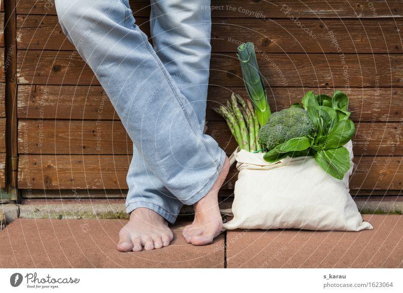 Wocheneinkauf Mensch Jugendliche grün Gesunde Ernährung Junger Mann Gesundheit Beine Lebensmittel Fuß maskulin frisch genießen Lebensfreude kaufen Gemüse