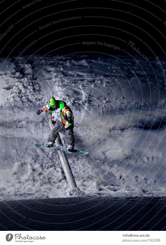 Boardslide Winter dunkel kalt Sport Aktion Gleichgewicht abwärts Snowboard Wintersport Nachtaufnahme Snowboarding Sliden Extremsport Snowboarder