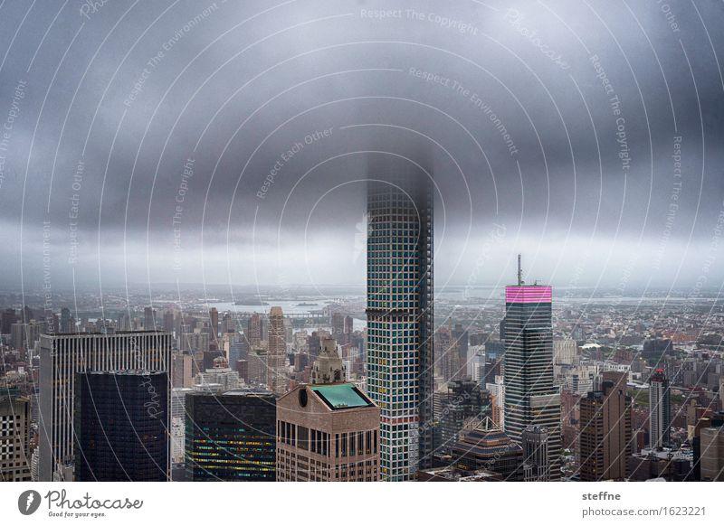 Head in the Cloud Skyline überbevölkert Hochhaus Stadt New York City Manhattan USA Upper East Side Distrikt park avenue Wolken schlechtes Wetter Sturm Farbfoto