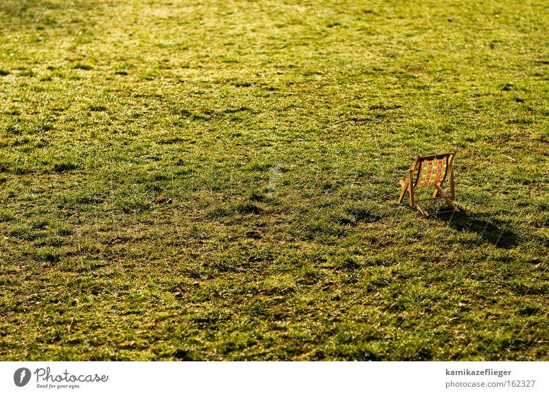 relax mal wieder Park Wiese Erholung Liegestuhl Sonnenbad Gegenlicht Schatten Spielzeug Frühling Sommer Freude Möbel Garten puppenmöbel