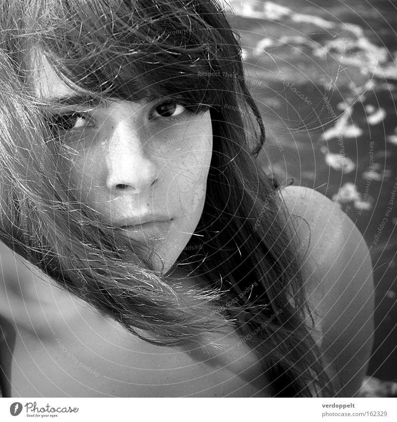 0_17 Frau Schwarzweißfoto Meer schwarz-weiß Porträt Licht Auge Behaarung Sturm Blick Aussehen Stil Haarschnitt Frisur