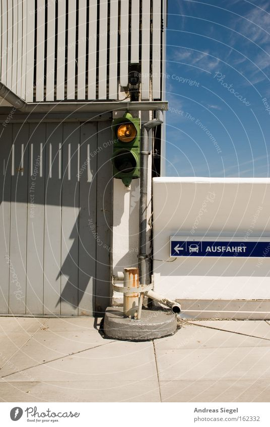 Weiß - das neue Rot Parkhaus Ausfahrt Ampel Verkehr parken Schilder & Markierungen Wand Tor grau Schatten kaputt Straßennamenschild Verkehrswege Detailaufnahme