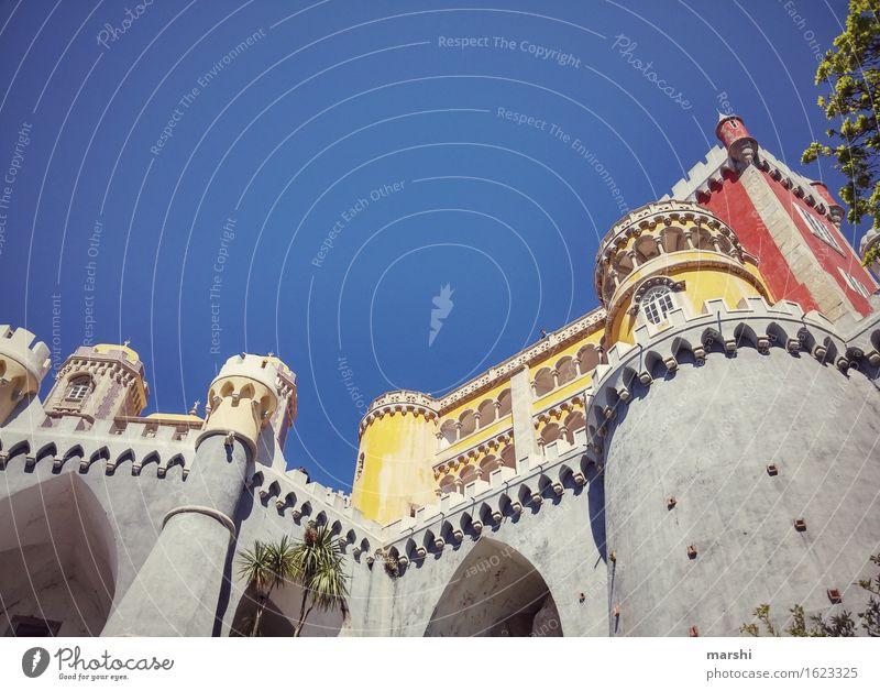 Portugals Neuschwanstein blau rot gelb groß Burg oder Schloss Sehenswürdigkeit Städtereise Höhe Domizil wuchtig Sintra