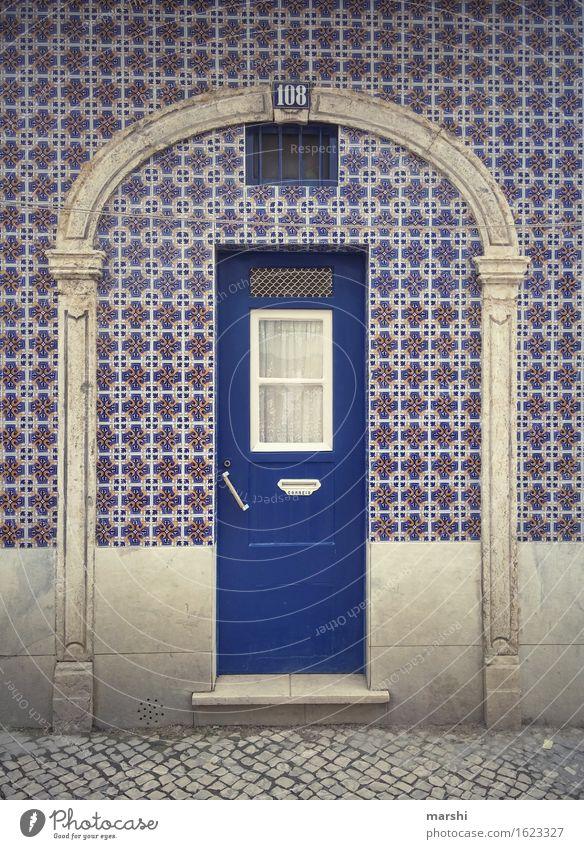 Nummer 108 Stadt blau Haus Wand Leben Mauer Stimmung Fassade Wohnung Häusliches Leben Tür Hauptstadt Stadtzentrum Fliesen u. Kacheln Altstadt Eingang