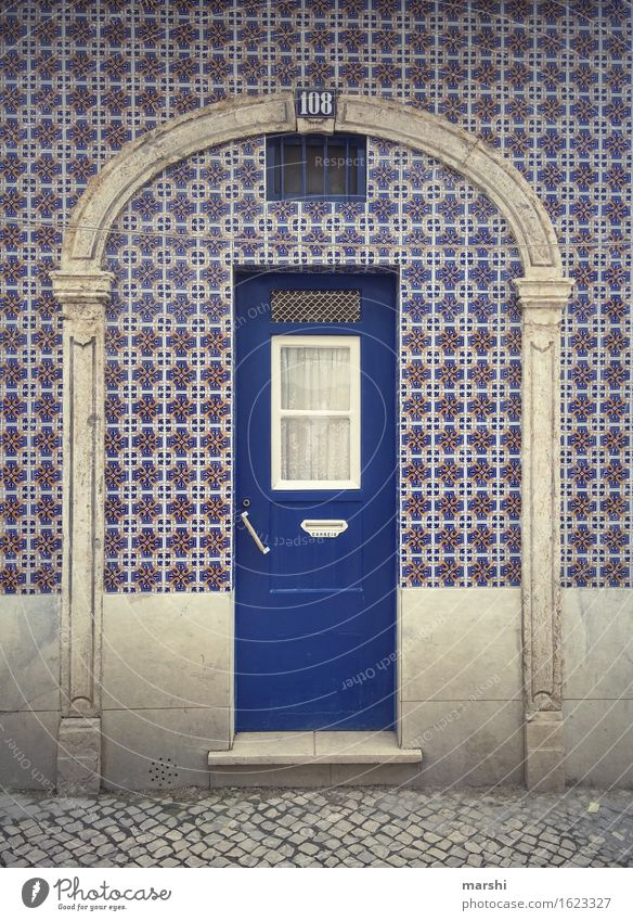 Nummer 108 Stadt Hauptstadt Stadtzentrum Altstadt bevölkert Haus Mauer Wand Fassade Tür Fußmatte Namensschild Klingel Türspion Briefkasten Stimmung blau