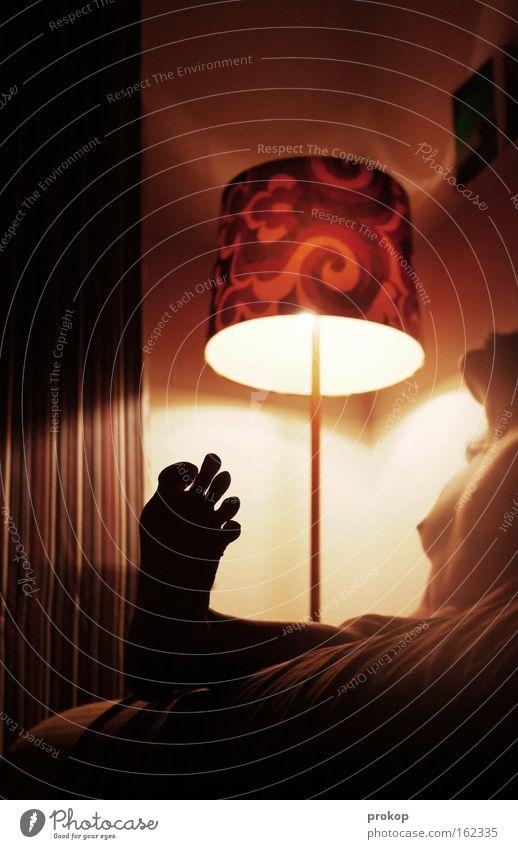 Scharfes Bild Frau Akt nackt schön attraktiv Lampe Beleuchtung Nacht Fuß Brust Frauenbrust Beine Raum Licht Barfuß Weiblicher Akt