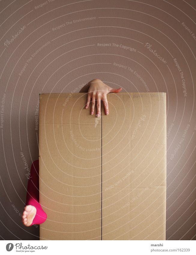 ich will hier raus! Farbfoto Leben Freiheit Mensch Frau Erwachsene Hand Fuß 1 Kunst Theaterschauspiel Bekleidung Papier Verpackung Paket Kasten festhalten eckig