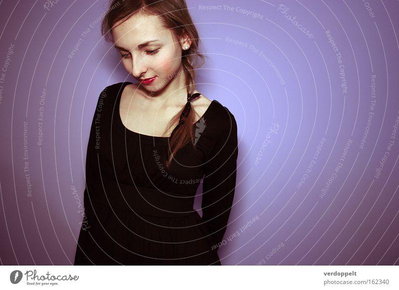 0_18 Porträt Mode Stil Frau purpur Das kleine Schwarze Kleid schwarz Behaarung Beautyfotografie schön Farbe schüchtern Zopf Frisur Scham