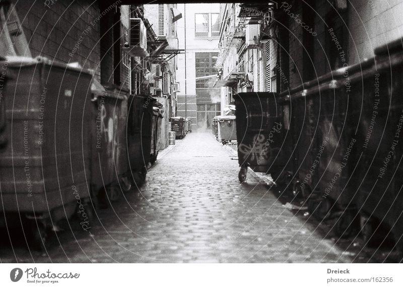 welcome to glasgow city Glasgow Schottland Großbritannien Gasse schwarz weiß analog Schwarzweißfoto Verkehrswege black white Filmindustrie 35mm b&w
