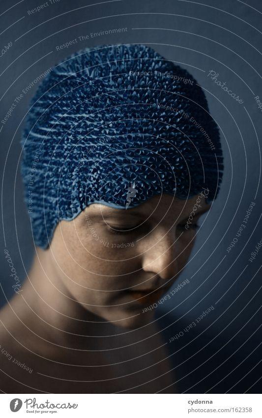 Selbstschutz Gesicht Porträt Mensch Frau blau sanft verwundbar schön Bewegung elegant Haut Spielen Schwäche schwimmhaube Traurigkeit