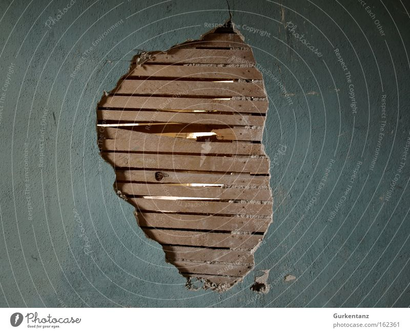 Wandalismus Wand Wohnung kaputt verfallen Handwerk Ruine Loch Renovieren Putz Handwerker Altbau Holzwand Schaden Bruchbude verputzt Zusammenbruch