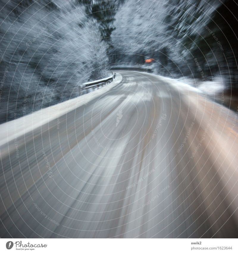 Geschwindigkeitsrausch Winter Schnee Wald Verkehr Verkehrswege Straße Kurve Verantwortung achtsam Wachsamkeit Hoffnung Entschlossenheit Freude bedrohlich