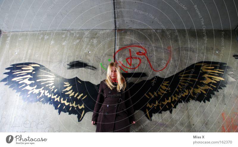 Engel Jugendliche dunkel Wand Mauer Graffiti blond Erwachsene Tier Flügel Wut Mensch Gewalt Tunnel U-Bahn Frau
