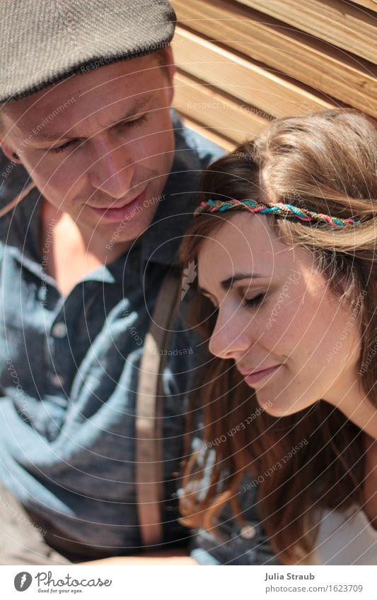 stundenlang Frau Erwachsene Mann Paar Partner 2 Mensch 30-45 Jahre Holzwand Hemd Hosenträger Haarband Hut Mütze brünett genießen sitzen Glück natürlich Wärme