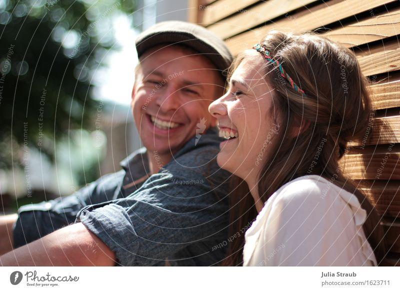 Mann und Frau lachen herzlich im sitzen lehnend an einer Wand mit Rhombuschleisten Hochzeit Paar Partner Leben 2 Mensch 30-45 Jahre Erwachsene Sonne Sommer