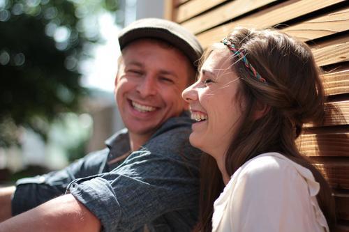 Na klar Mensch schön Sommer Sonne Erwachsene Leben lachen Paar braun Zusammensein Zufriedenheit sitzen Fröhlichkeit genießen Lebensfreude Schönes Wetter
