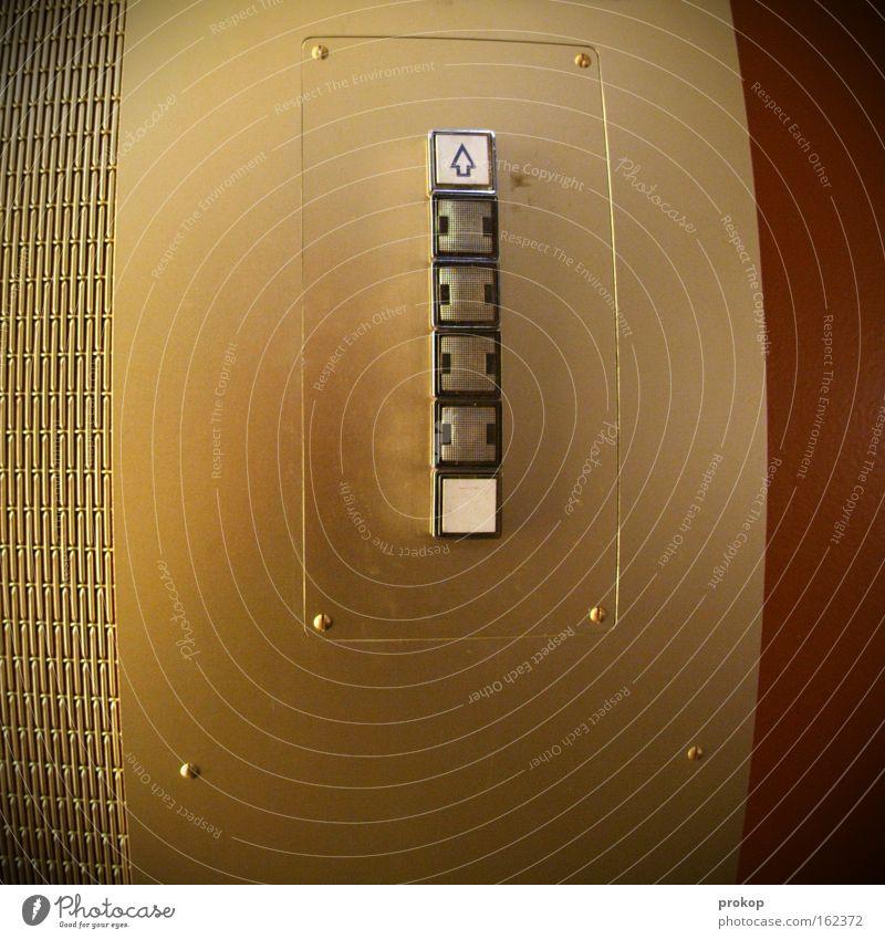 Boing Schalter Fahrstuhl hoch abwärts aufwärts fahren rund Pfeil Fischauge stoppen Zeichen Knöpfe Erfolg Trauer Verzweiflung Detailaufnahme Beginn gold