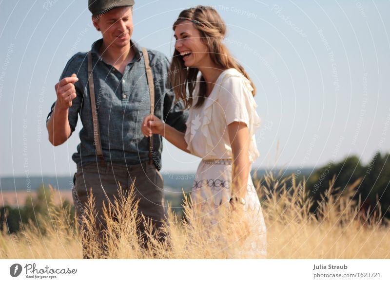 :) Mensch Frau Erwachsene Mann Paar Partner 2 30-45 Jahre Sommer Schönes Wetter Gras Feld Hemd Kleid Hosenträger Hut Mütze brünett lachen schön Freude