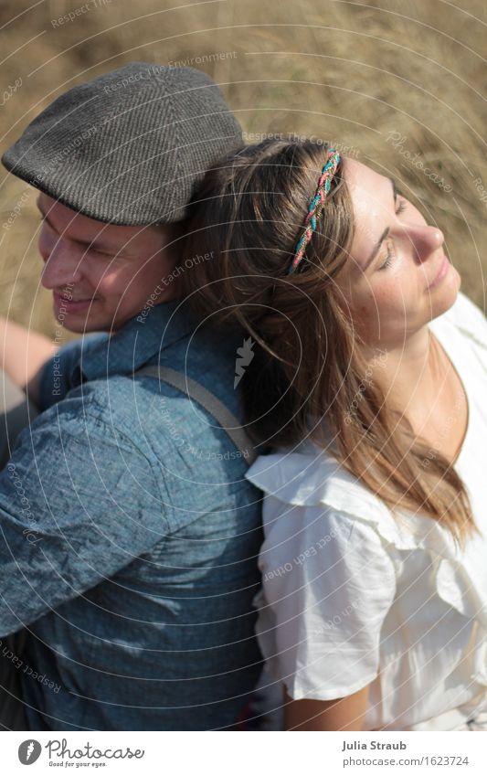anlehnen Frau Erwachsene Mann Paar Partner 2 Mensch 30-45 Jahre Hemd Bluse Hut Mütze Haarband brünett langhaarig genießen sitzen träumen trendy feminin