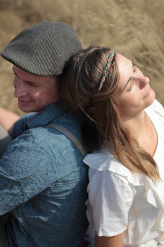 anlehnen Mensch Frau Mann ruhig Erwachsene Liebe feminin Paar Zusammensein Freundschaft träumen sitzen genießen Gelassenheit Vertrauen trendy