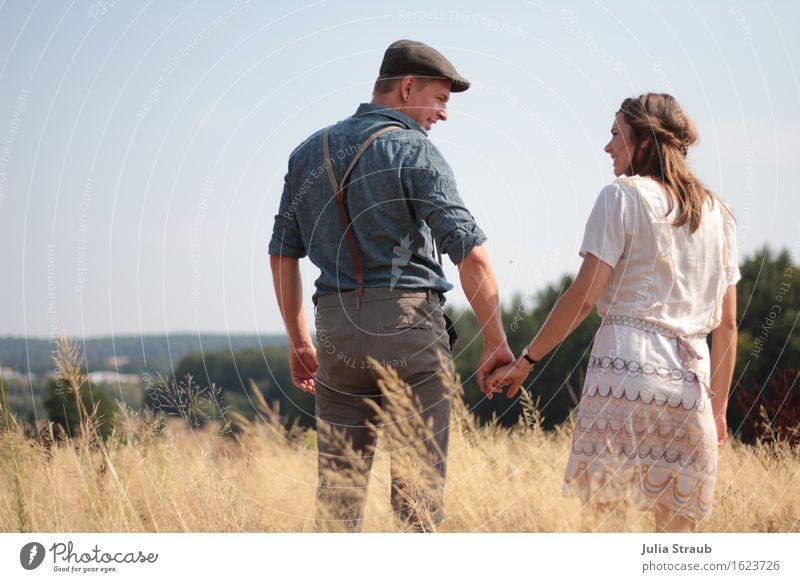 hand in hand Frau Erwachsene Mann Paar Partner 2 Mensch 30-45 Jahre Sommer Herbst Schönes Wetter Feld Hemd Kleid Hosenträger brünett festhalten Blick stehen