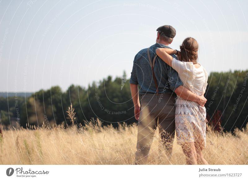 Waldesrand maskulin feminin Paar Partner Erwachsene 2 Mensch 30-45 Jahre Sommer Herbst Schönes Wetter Baum Feld Hemd Kleid Haarband Hosenträger Hut Mütze