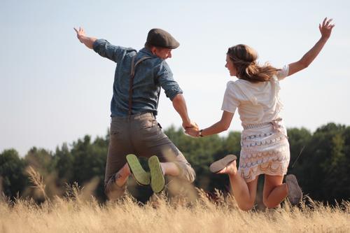 yeah Mensch Pflanze Sommer Sonne Freude Erwachsene Wärme Leben Paar braun Zusammensein springen Feld Beginn Schönes Wetter Kleid