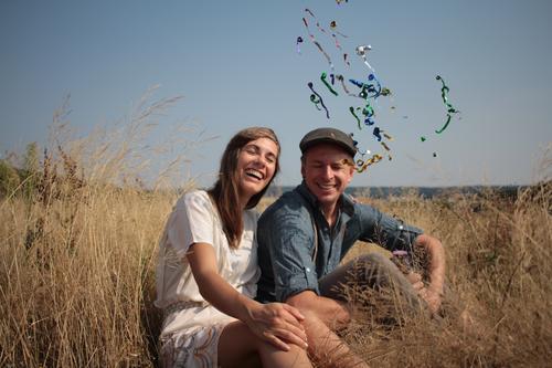 Augen auf Mensch Sommer Erwachsene lustig lachen Paar Feld Schönes Wetter Kleid Mütze Hut brünett Partner Konfetti 30-45 Jahre