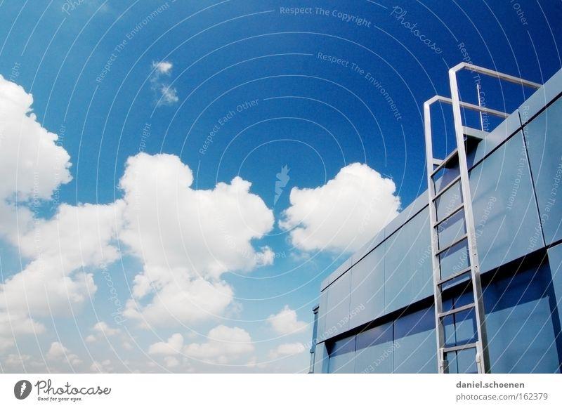Treppe Leiter Himmel Wolken aufsteigen Wetter Sommer abstrakt blau weiß Dach Architektur Detailaufnahme Erfolg Metall