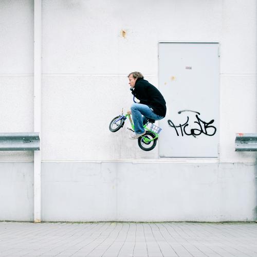 stuntman weiß Spielen springen Kapitalwirtschaft Versicherung Fahrrad fliegen verrückt Luftverkehr gefährlich Risiko Am Rand Zirkus Kinderfahrrad