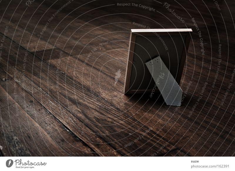 Rückblick Einsamkeit dunkel Holz Traurigkeit braun stehen Tisch Vergänglichkeit Trauer Bild Sehnsucht Vergangenheit Gedanke Erinnerung Holzfußboden Bilderrahmen