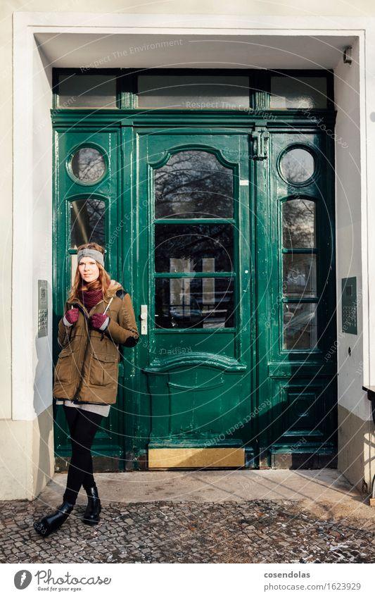 Junge Frau steht vor grüner Eingangstür Mensch Jugendliche Stadt Winter 18-30 Jahre Erwachsene feminin Lifestyle Zufriedenheit Tür Lächeln Student trendy