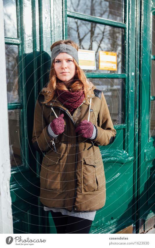 warten Lifestyle Stil Student feminin Junge Frau Jugendliche 1 Mensch 18-30 Jahre Erwachsene Stadt Tür Jacke Schal Lächeln stehen authentisch trendy schön