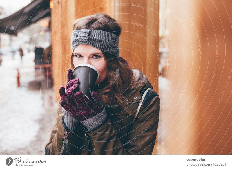 Coffee To Go trinken Kaffee Latte Macchiato Espresso Lifestyle Student feminin Junge Frau Jugendliche 1 Mensch 18-30 Jahre Erwachsene Schnee Stadt Jacke Schal