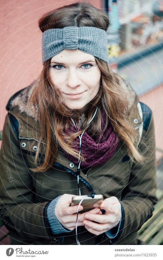 mukke Mensch Jugendliche Stadt Junge Frau Freude Winter 18-30 Jahre Erwachsene kalt feminin Lifestyle Freizeit & Hobby authentisch Lächeln Student Handy