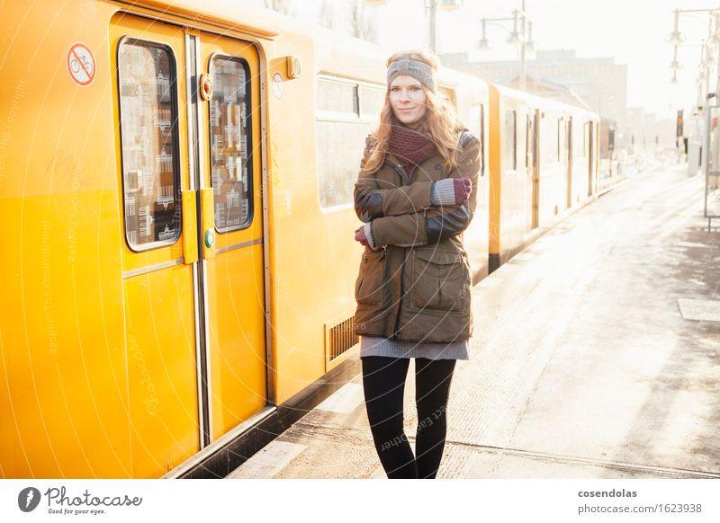 madame friert Student feminin Junge Frau Jugendliche 1 Mensch 18-30 Jahre Erwachsene Bahnhof Öffentlicher Personennahverkehr U-Bahn Bahnsteig Jacke Schal
