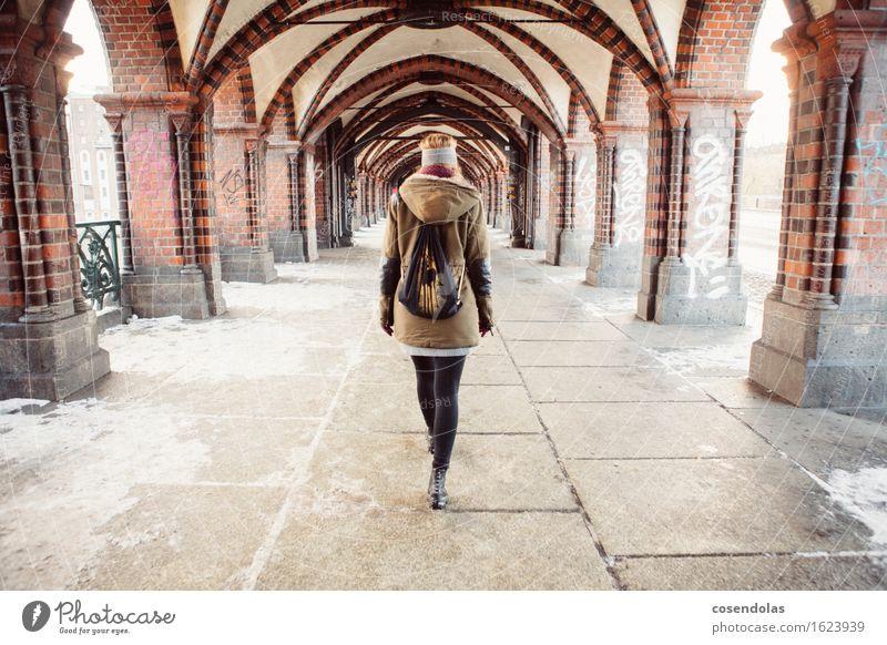 spazieren in Berlin Lifestyle Ferien & Urlaub & Reisen Tourismus Sightseeing Städtereise Winter Schnee Student feminin Junge Frau Jugendliche 1 Mensch