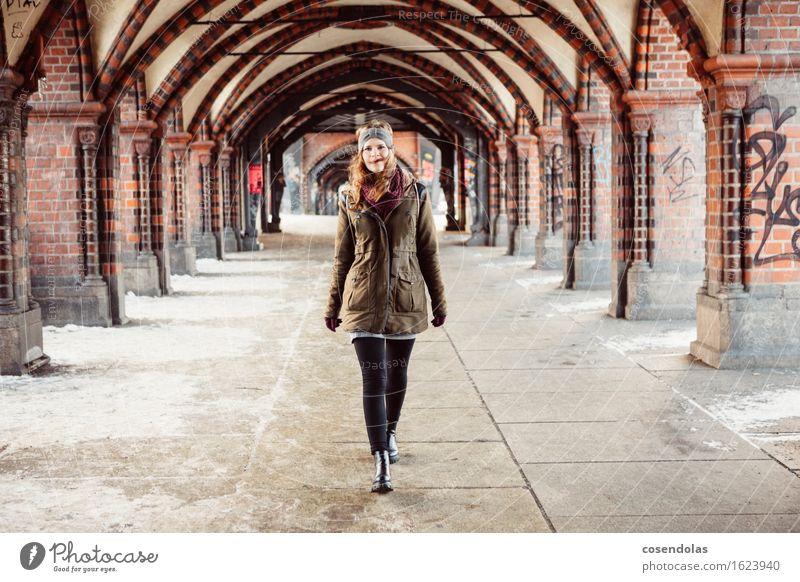Ober Baum Lifestyle Freizeit & Hobby wandern Student feminin Junge Frau Jugendliche 1 Mensch 18-30 Jahre Erwachsene Berlin Stadt Hauptstadt Brücke Tunnel Jacke