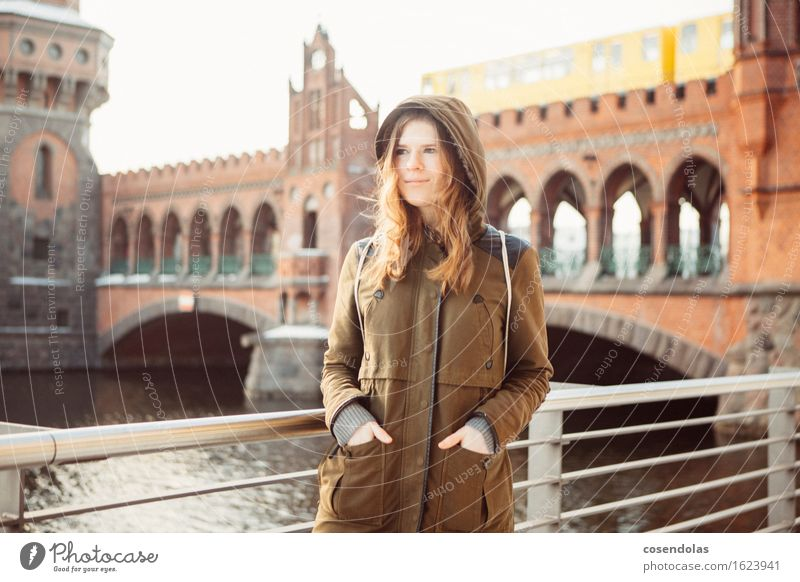 Lieblingsplatz Mensch Jugendliche Stadt schön Junge Frau Winter 18-30 Jahre Erwachsene kalt feminin Berlin Lifestyle lachen Tourismus Freizeit & Hobby wandern