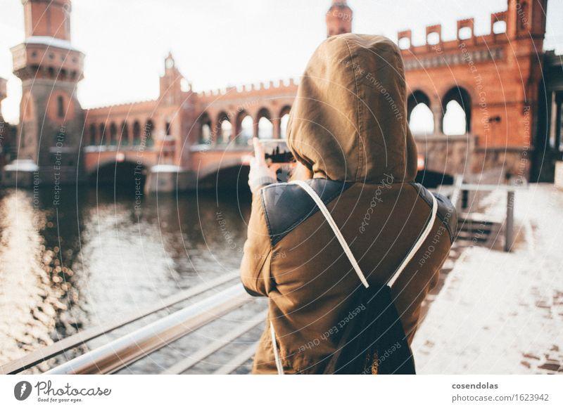 Junge Frau macht ein Foto von einer Brücke Mensch Ferien & Urlaub & Reisen Jugendliche Freude Winter 18-30 Jahre Erwachsene feminin Schnee Berlin Lifestyle