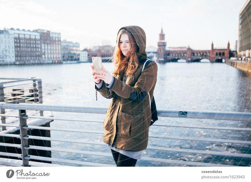 Selfie Ferien & Urlaub & Reisen Tourismus Ausflug Sightseeing Städtereise Winter Student Handy PDA Unterhaltungselektronik feminin Junge Frau Jugendliche 1