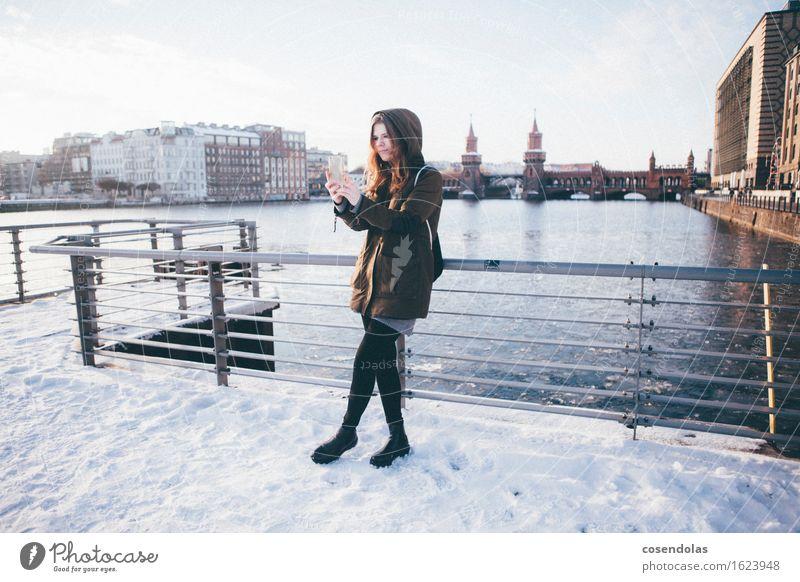 Selfie Lifestyle Freizeit & Hobby Ferien & Urlaub & Reisen Sightseeing Städtereise Winter Schnee Student Handy PDA Unterhaltungselektronik feminin Junge Frau