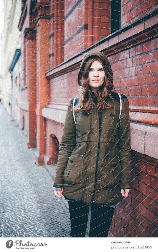 portrait Lifestyle wandern Student feminin Junge Frau Jugendliche 1 Mensch 18-30 Jahre Erwachsene Mauer Wand Jacke rothaarig langhaarig Lächeln lachen stehen