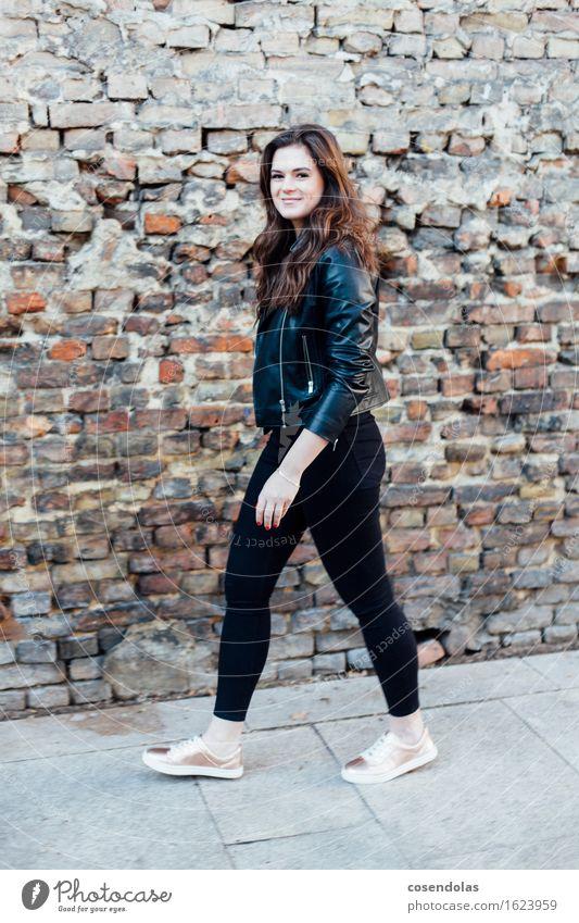Ana Lifestyle Student feminin Junge Frau Jugendliche 1 Mensch 18-30 Jahre Erwachsene Mauer Wand Mode Hose Jacke Schuhe brünett langhaarig gehen Lächeln lachen