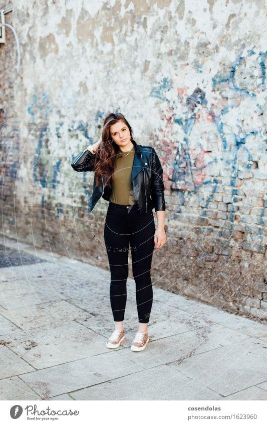 Ana Lifestyle Haare & Frisuren Freizeit & Hobby Student feminin Junge Frau Jugendliche 1 Mensch 18-30 Jahre Erwachsene Stadt Mauer Wand Hose Jacke Leder Schuhe