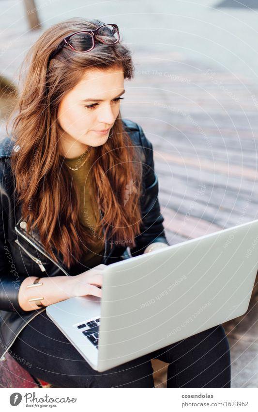 research Mensch Jugendliche Junge Frau 18-30 Jahre Erwachsene feminin Lifestyle Arbeit & Erwerbstätigkeit Park authentisch Platz Lächeln Computer lernen kaufen Studium