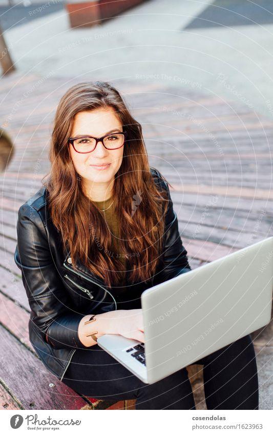 Junge Frau arbeitet am Notebook Mensch Jugendliche Stadt schön 18-30 Jahre Erwachsene feminin Lifestyle lachen Park Freizeit & Hobby authentisch Platz Lächeln