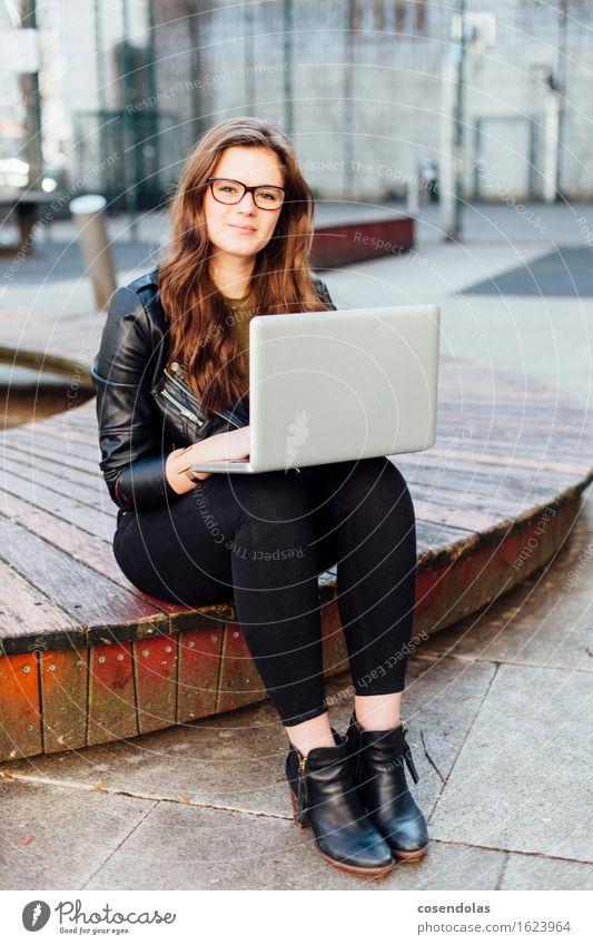 Ana Mensch Jugendliche Stadt Junge Frau Freude 18-30 Jahre Erwachsene feminin Lifestyle lachen Mode Arbeit & Erwerbstätigkeit Park Freizeit & Hobby Schuhe Platz